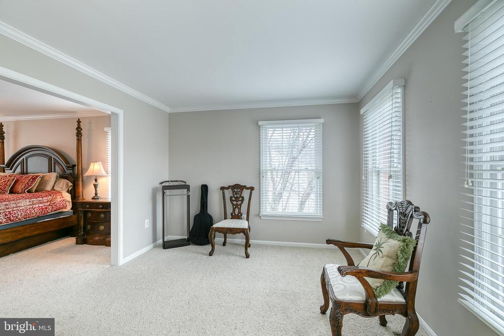 Large sitting area off primary bedroom - 49 CHRISTOPHER WAY, STAFFORD