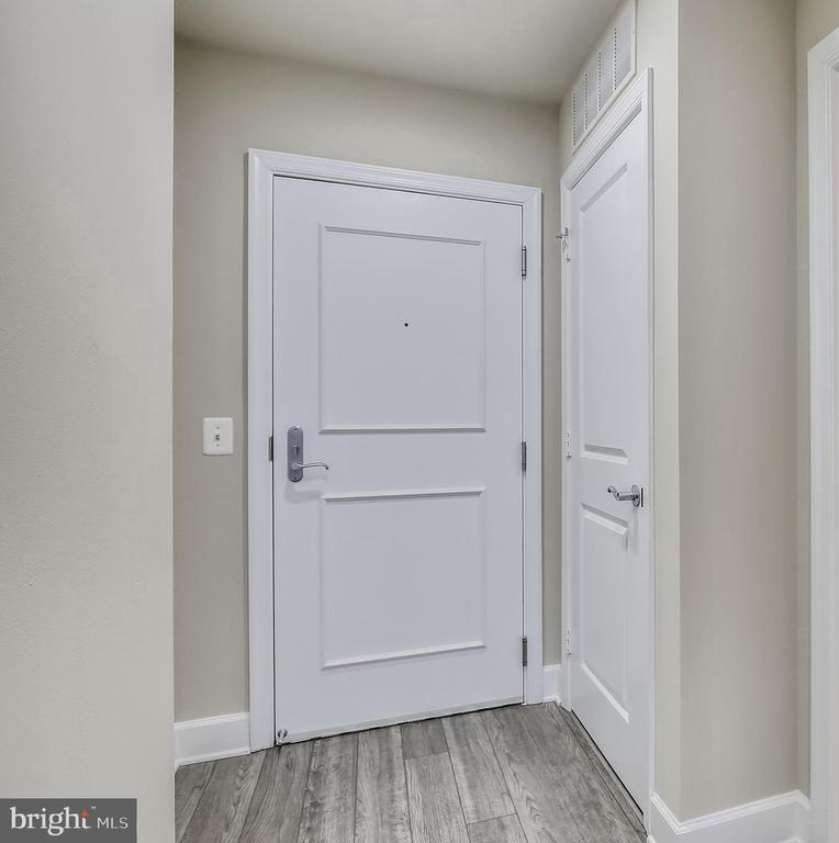 Foyer entry with guest closet - 3650 S GLEBE RD #464, ARLINGTON