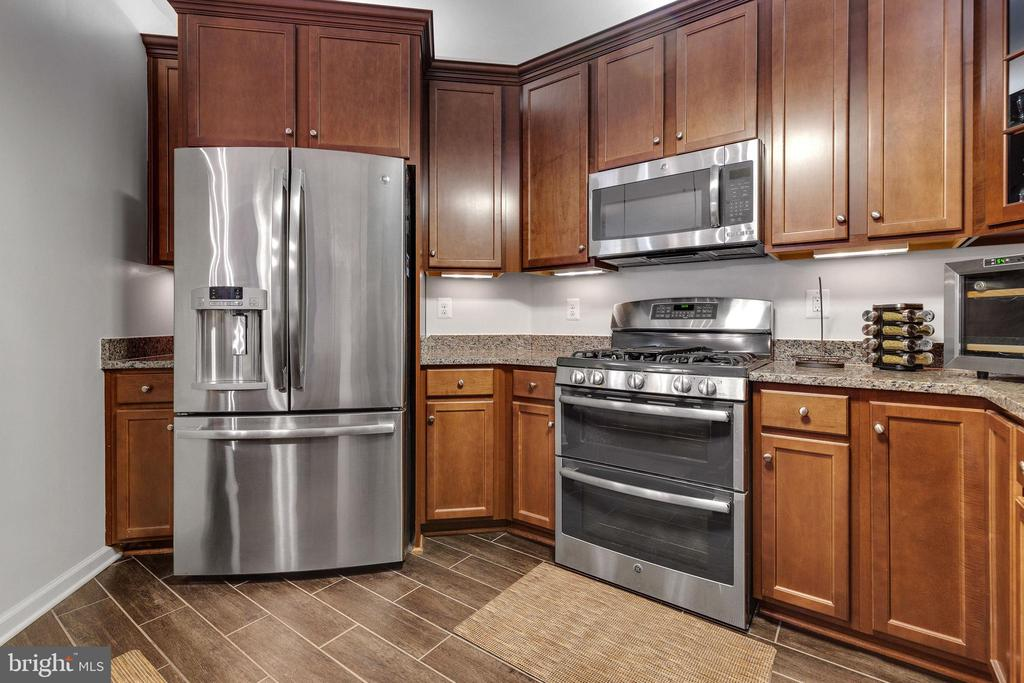 Stainless Appliances, Gas Cooking & Double-Oven - 43144 SUNDERLAND TER #300, ASHBURN