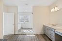 Amazing ensuite owners' bath tub, shower, vanity - 6541 RUNNING CEDAR LN, MANASSAS