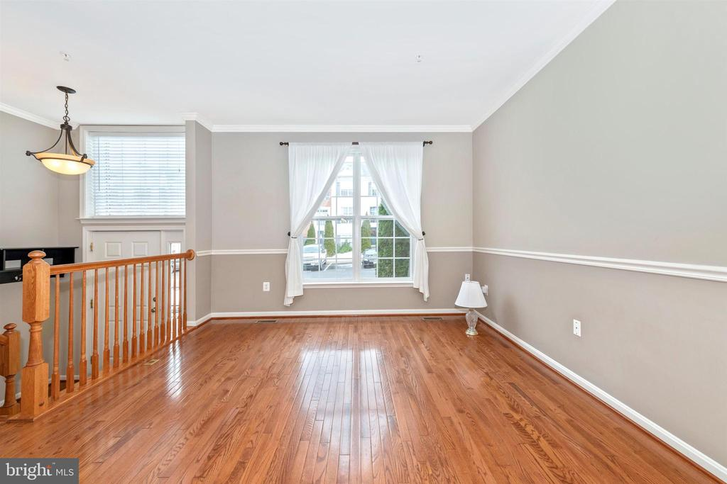 LIVING ROOM W/ HARDWOOD FLOORS - 311 GREEN FERN CIR, BOONSBORO