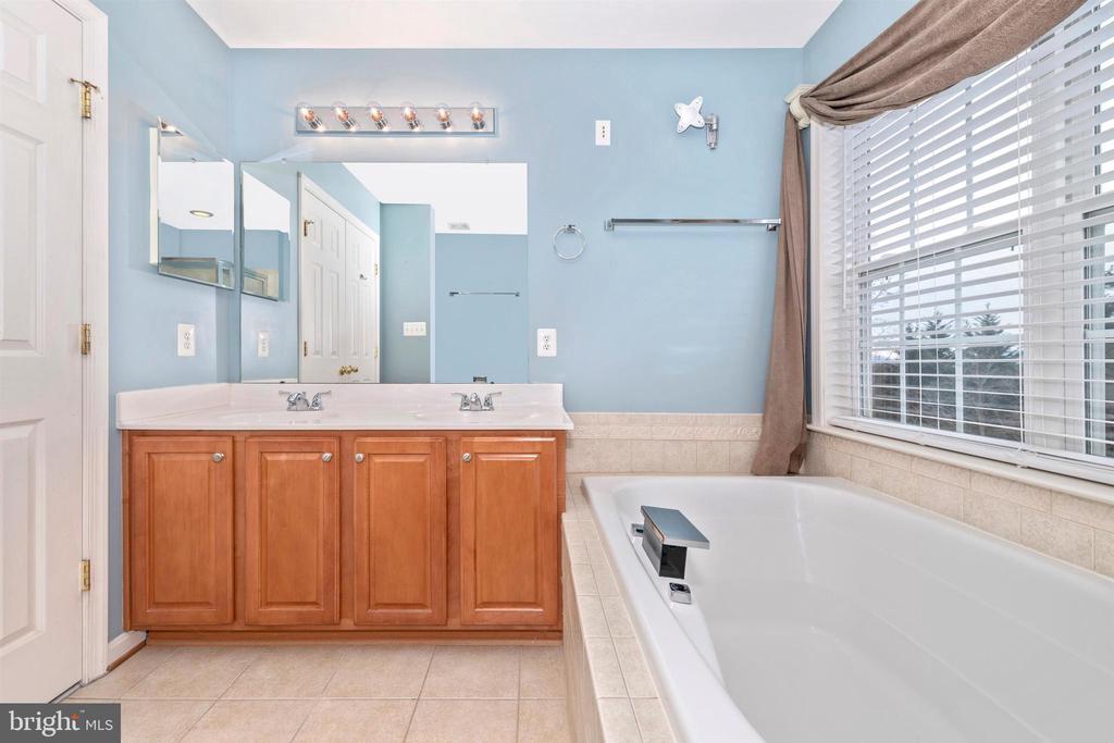 PRIMARY BATHROOM EN-SUITE - 311 GREEN FERN CIR, BOONSBORO