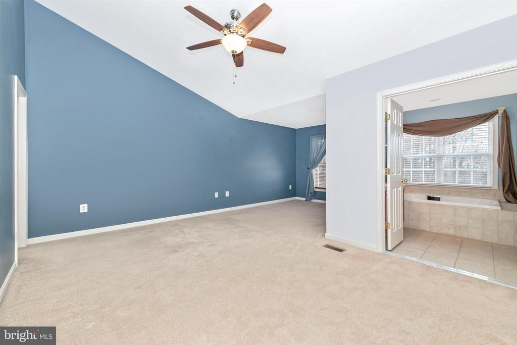 PRIMARY BEDROOM W/ VAULTED CEILING - 311 GREEN FERN CIR, BOONSBORO
