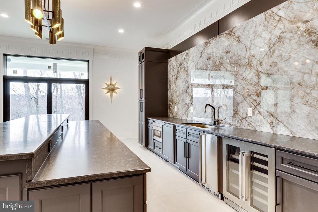 The wet bar is a destination for entertaining - 620 RIVERCREST DR, MCLEAN