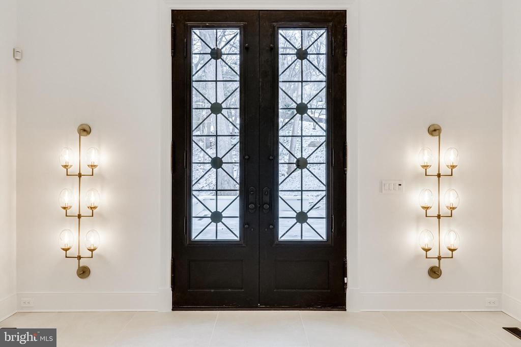 Double entry doors introduce the estate - 620 RIVERCREST DR, MCLEAN