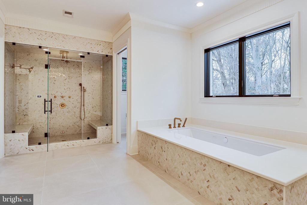 A jetted soaking tub compliments the spa bath - 620 RIVERCREST DR, MCLEAN