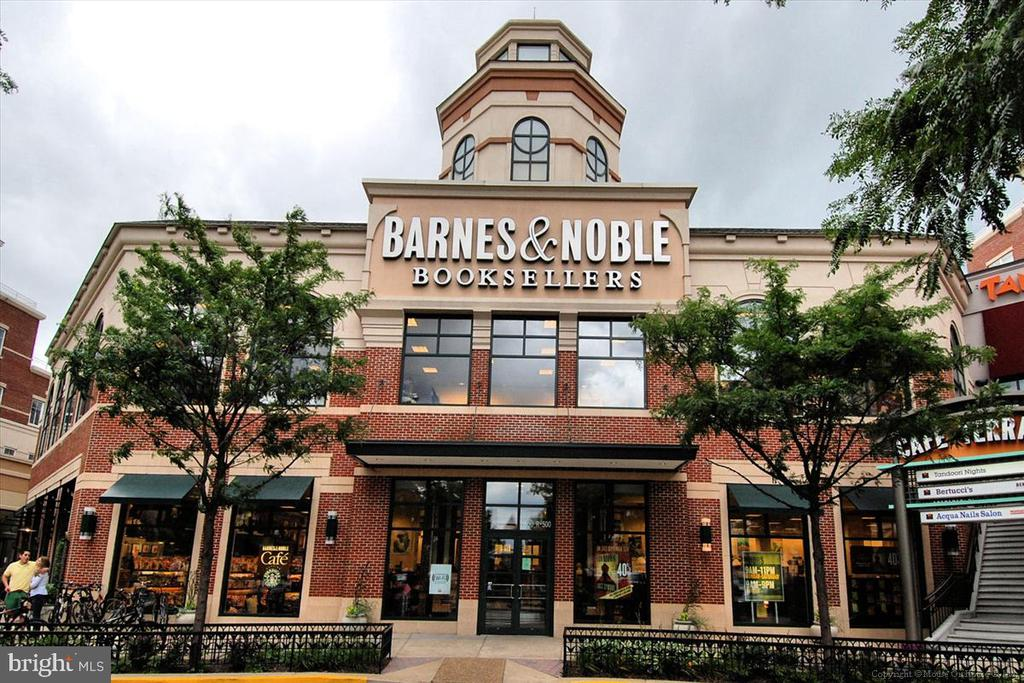 6/10ths mile to Barnes & Noble and Apple - 1718 N WAYNE ST, ARLINGTON