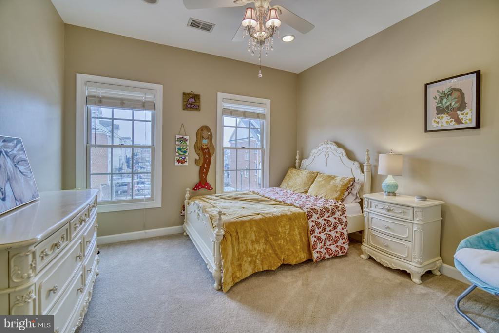 Darling Third Bedroom - 18541 BEAR CREEK TER, LEESBURG