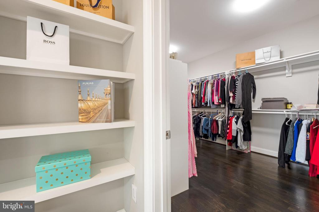 Owners Suite w/ Sitting Room + Jaw Dropping Closet - 10713 ROSEHAVEN ST, FAIRFAX
