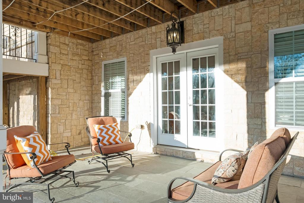 Elegant Stone Patio and 3 Spacious Sun Decks - 10713 ROSEHAVEN ST, FAIRFAX