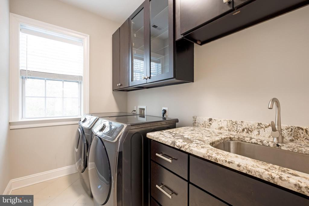 Thoughtfully Unique Area w/ Laundry Room - 10713 ROSEHAVEN ST, FAIRFAX