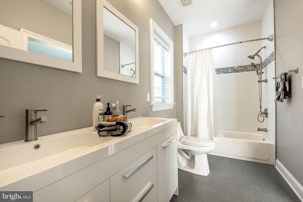 Dual Area Jack-n-Jill bath w/ stunning floors - 10713 ROSEHAVEN ST, FAIRFAX