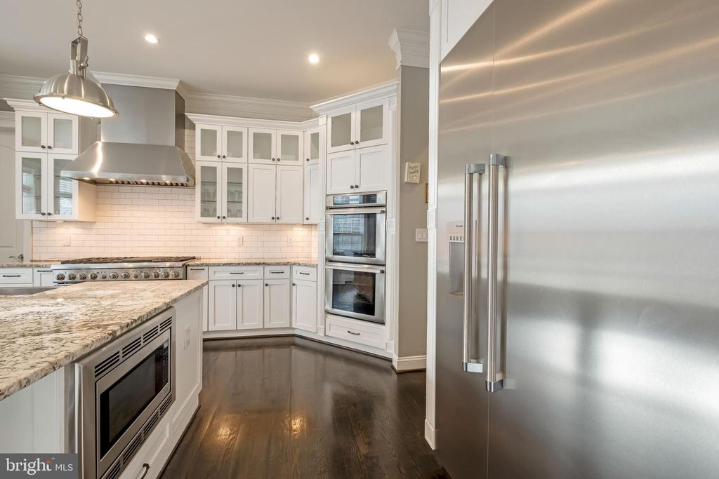 Awe inspiring kitchen with high-end finishes - 10713 ROSEHAVEN ST, FAIRFAX