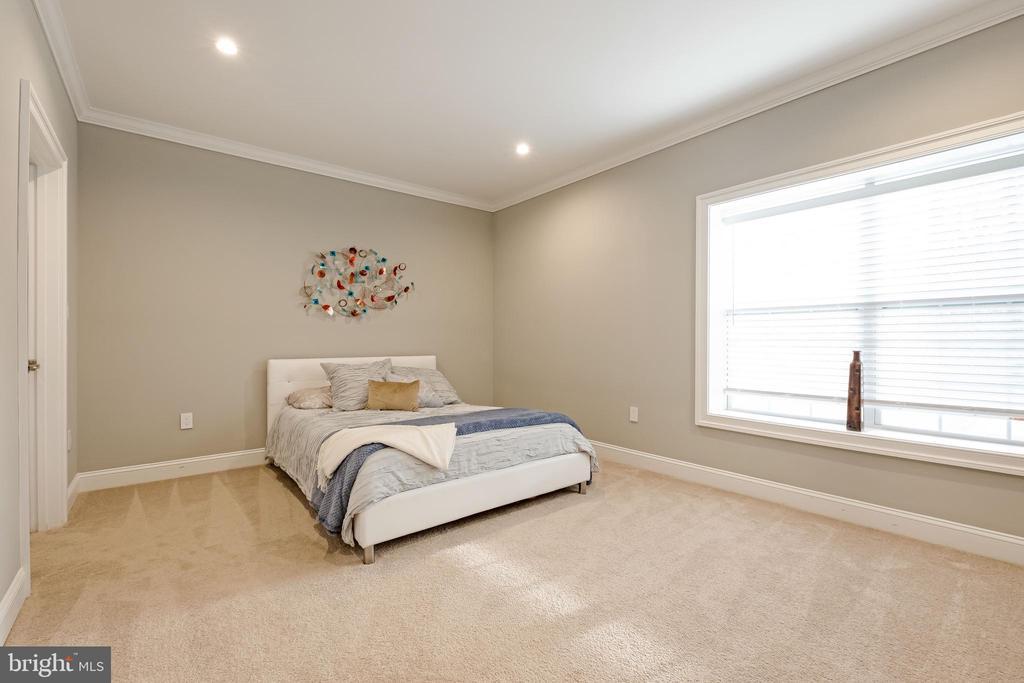 Oversized Bedroom #5 w/ Huge Walk In Closet - 10713 ROSEHAVEN ST, FAIRFAX