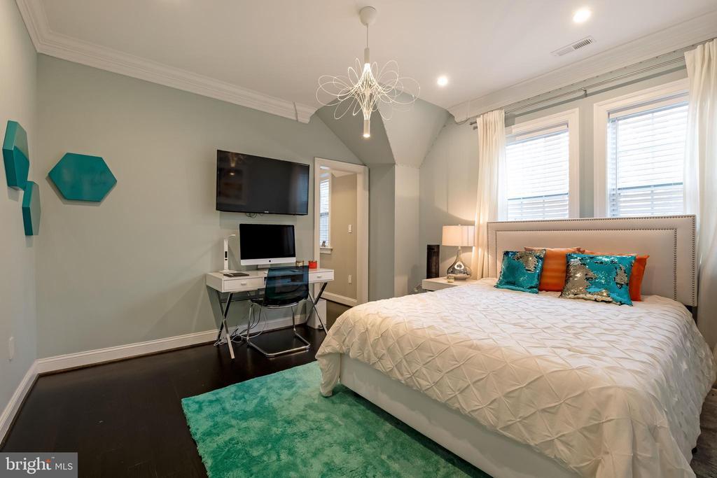 Ensuite Bedroom #2 w/ Walk In Closet - 10713 ROSEHAVEN ST, FAIRFAX