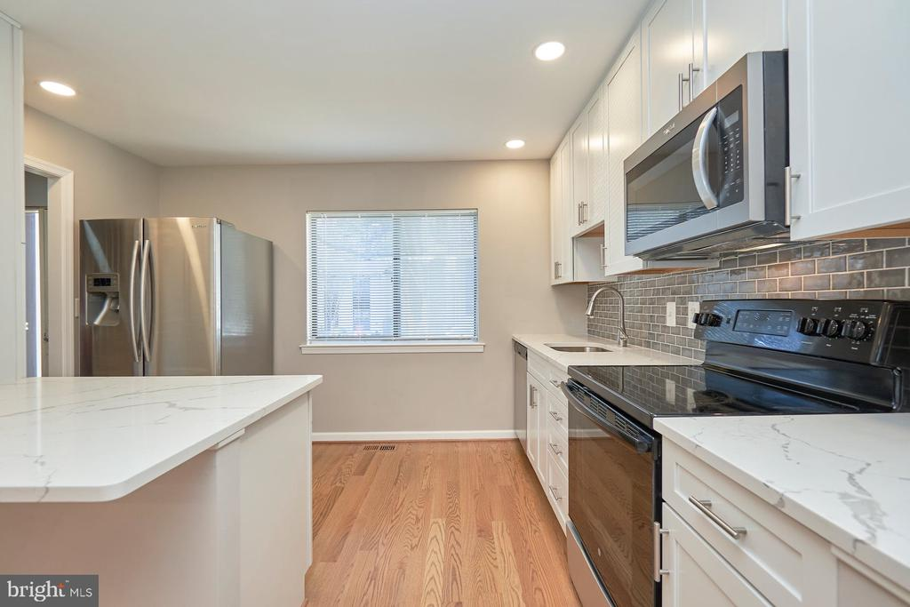 Gorgeous high end remodeled kitchen - 11817 COOPERS CT, RESTON
