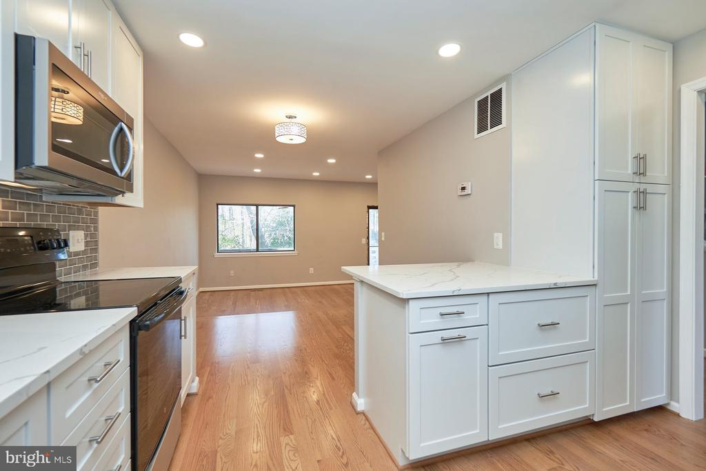 Built-in microwave - 11817 COOPERS CT, RESTON