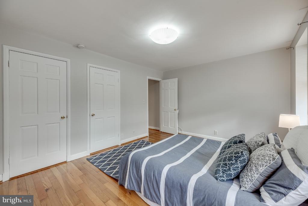 Owner's bedroom w/ hardwoods - 3035 S BUCHANAN ST #A1, ARLINGTON