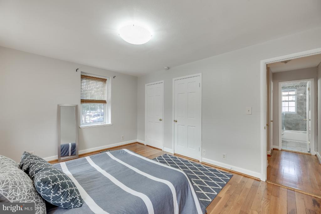 Owner's bedroom w/ hardwoods and two closets - 3035 S BUCHANAN ST #A1, ARLINGTON