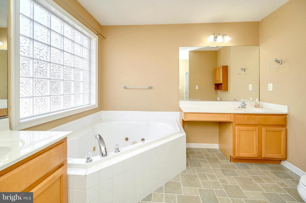 Primary bathroom with soaking tub - 4309 LAKEVIEW PKWY, LOCUST GROVE