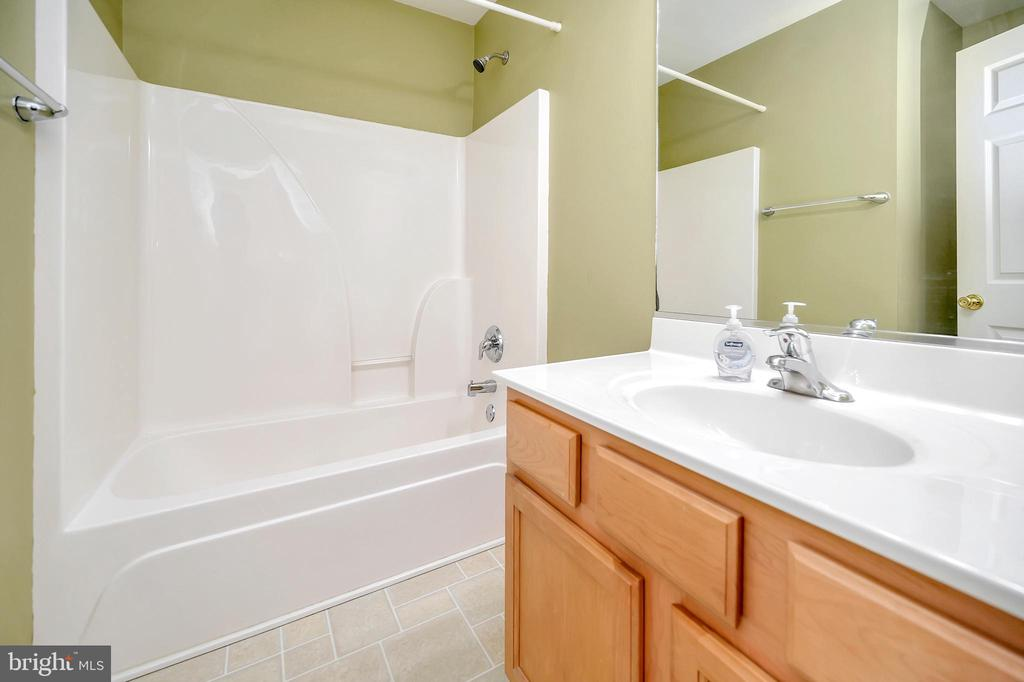 Guest bath - 4309 LAKEVIEW PKWY, LOCUST GROVE