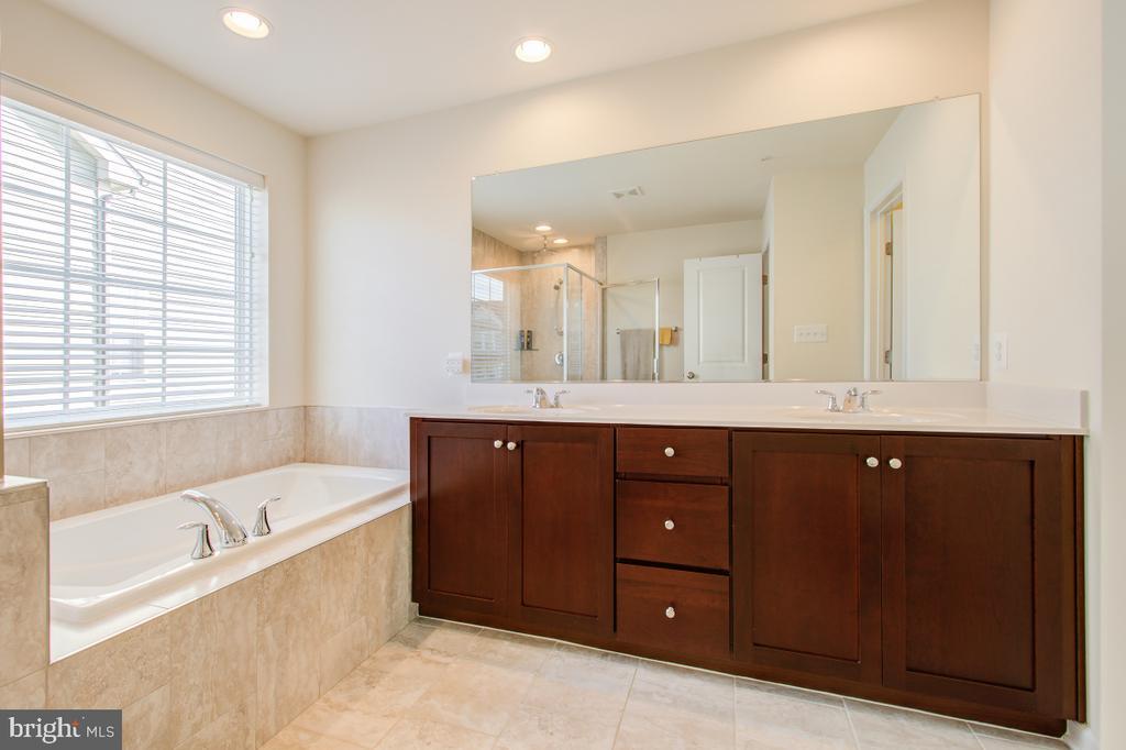Upgraded cabinets, double vanity,  soaking tub. - 5502 HAWK RIDGE RD, FREDERICK