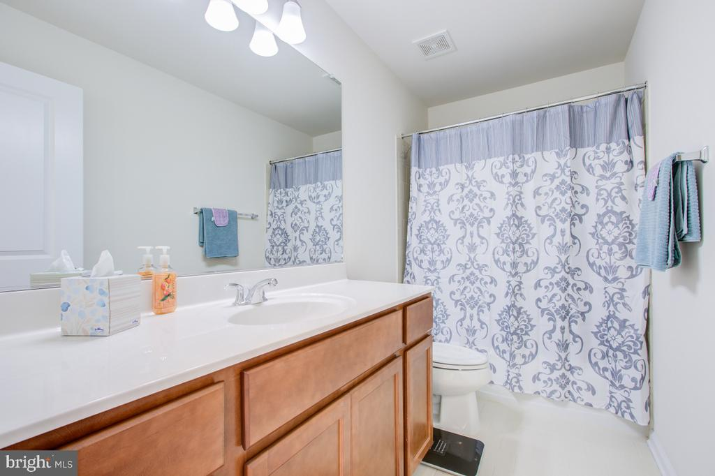 Upper level second bath with upgraded cabinets. - 5502 HAWK RIDGE RD, FREDERICK