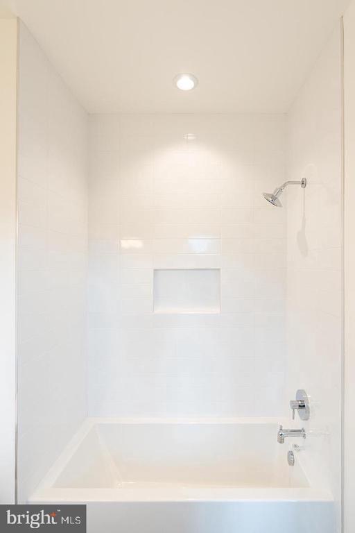 Upper level bathtub - 110 TAPAWINGO RD SW, VIENNA