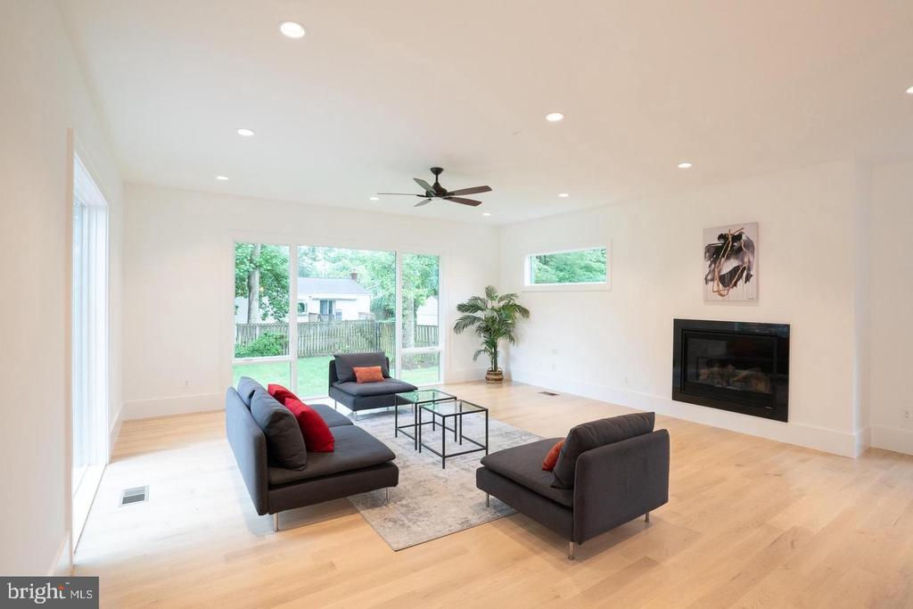Natural light, recessed lights! - 110 TAPAWINGO RD SW, VIENNA