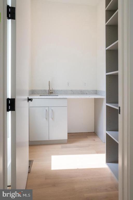 Butler pantry off kitchen - 110 TAPAWINGO RD SW, VIENNA