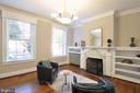 Bright and airy living room - 611 CAROLINE ST, FREDERICKSBURG