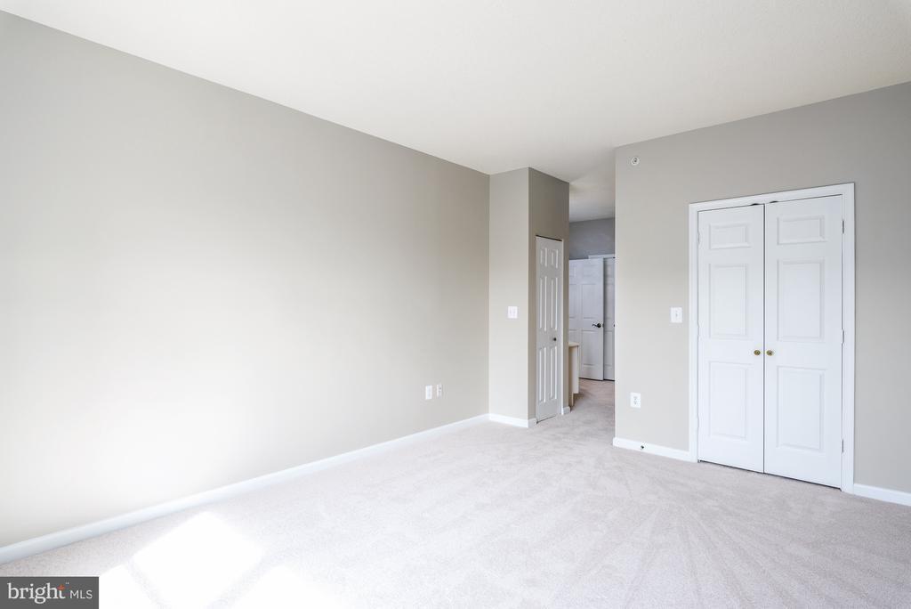 Owner's Bedroom with walk-in closet - 19360 MAGNOLIA GROVE SQ #212, LEESBURG