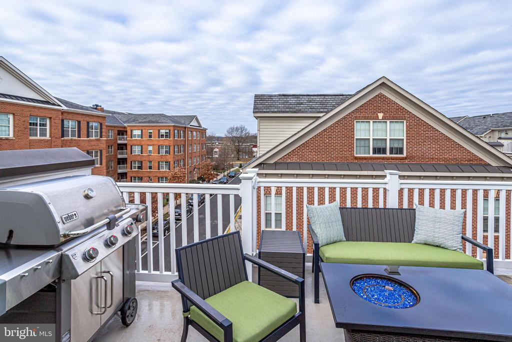 Rooftop deck with gas grill connection - 4349 4TH ST N, ARLINGTON