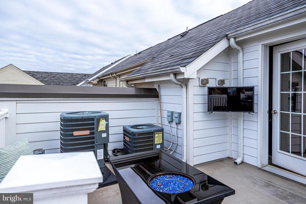 Rooftop deck with TV connection - 4349 4TH ST N, ARLINGTON