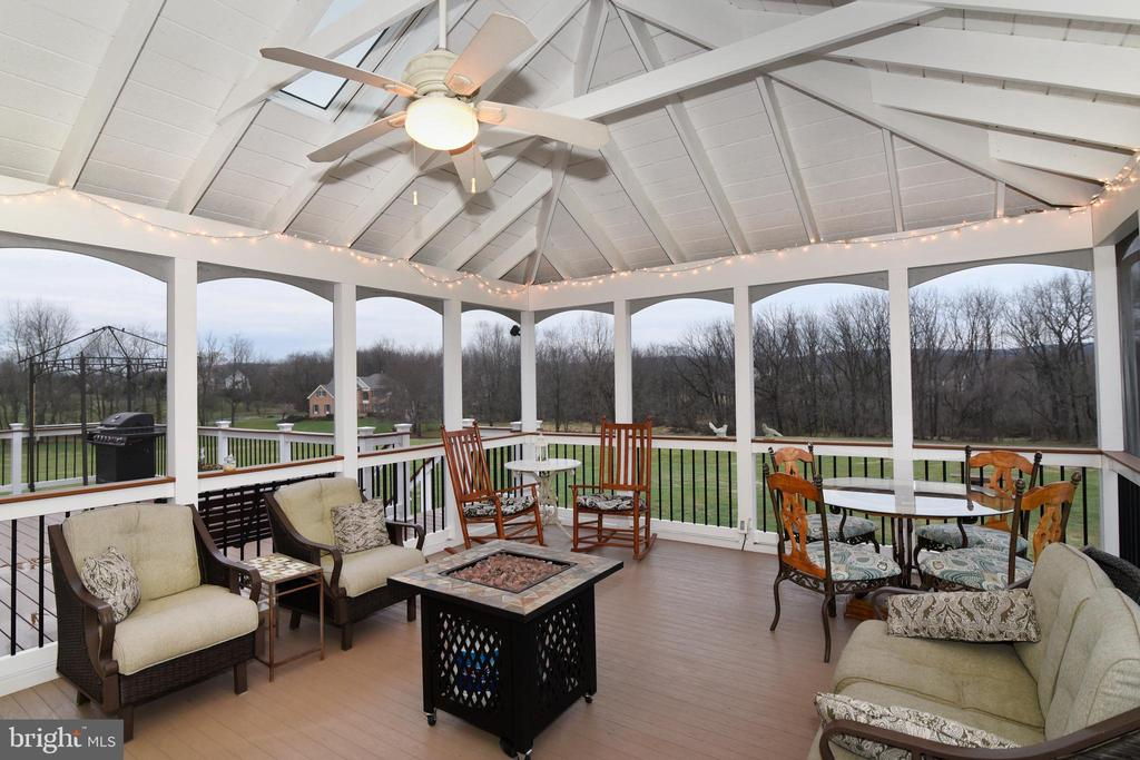 Screened in porch off family room - 42070 SADDLEBROOK PL, LEESBURG