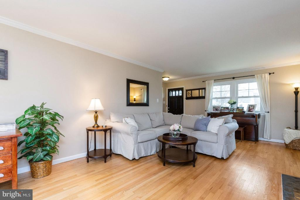 Gleaming hardwoods in the living room - 1064 DALEBROOK DR, ALEXANDRIA