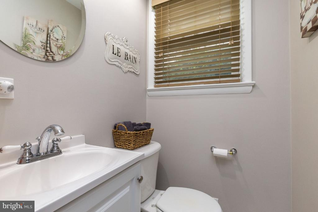 Lower level bathroom, complete with shower - 1064 DALEBROOK DR, ALEXANDRIA
