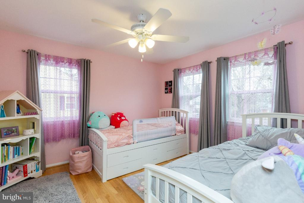 Adorable second bedroom with 3 windows - 1064 DALEBROOK DR, ALEXANDRIA