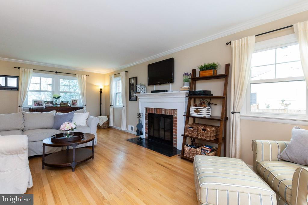 Lightfilled living room - 1064 DALEBROOK DR, ALEXANDRIA