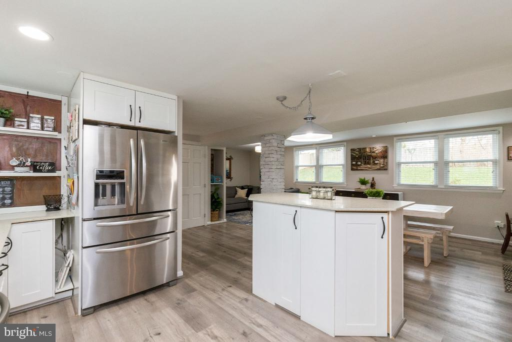 Kitchen opens nicely onto dining and family room - 1064 DALEBROOK DR, ALEXANDRIA