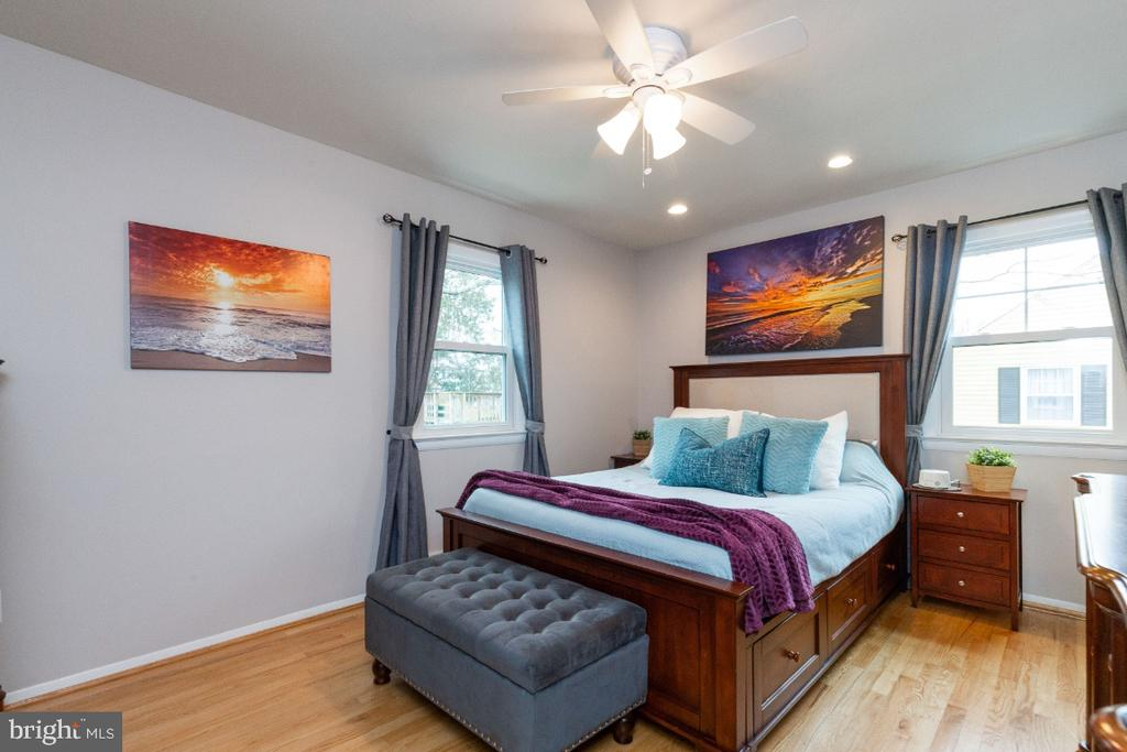 Hardwoods continued throughout all bedrooms - 1064 DALEBROOK DR, ALEXANDRIA