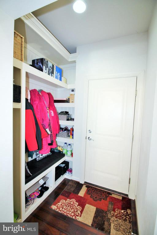 Mudroom/drop zone - 42567 STRATFORD LANDING DR, BRAMBLETON