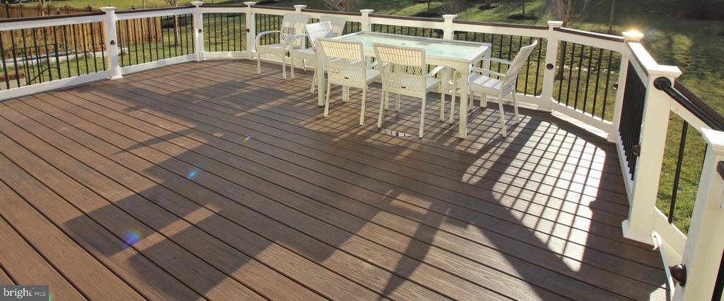 Gorgeous deck off main level - 42567 STRATFORD LANDING DR, BRAMBLETON