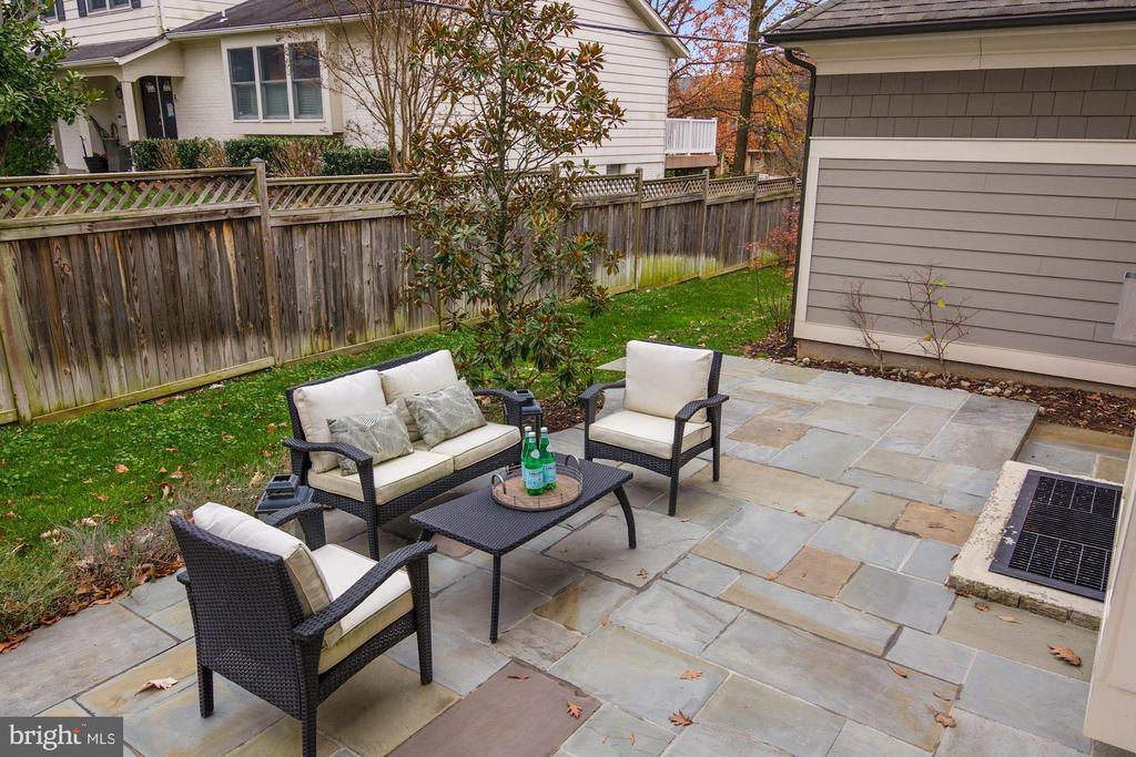 Beautiful outdoor patio - 491 N WAKEFIELD ST, ARLINGTON