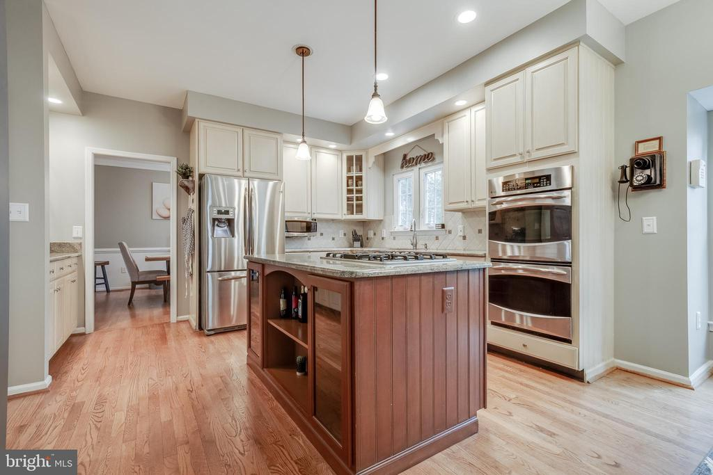 Chef's Kitchen with Gas Cooktop & Double-Oven - 43216 LINDSAY MARIE DR, ASHBURN
