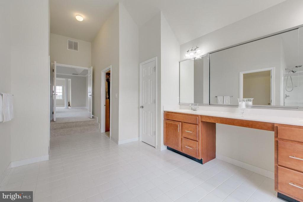 Duel sinks in master bathroom - 41205 CANONGATE DR, LEESBURG