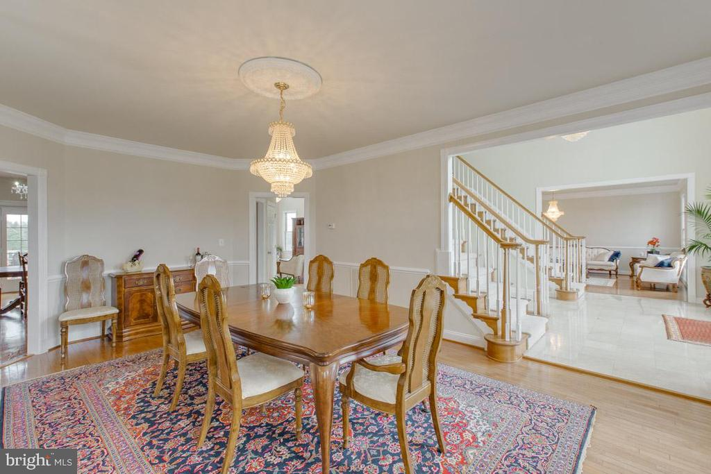 Large dining room for entertaining - 41205 CANONGATE DR, LEESBURG