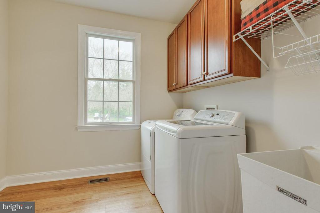 Spacious laundry room with utility sink - 41205 CANONGATE DR, LEESBURG