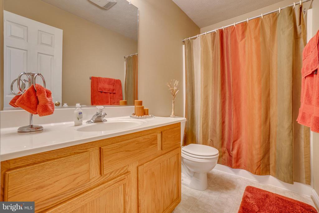 Upstairs full bath - 6109 SUNNY MEADOWS DR, FREDERICKSBURG