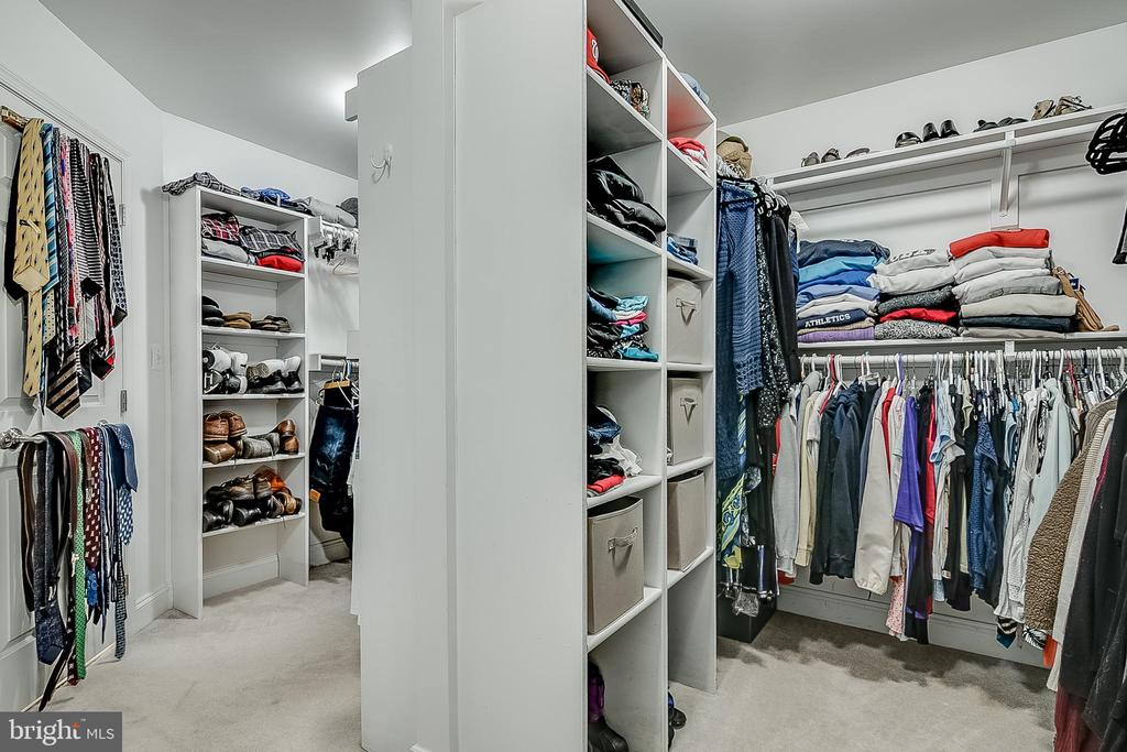 Well organized primary closet - 42070 SADDLEBROOK PL, LEESBURG